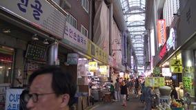 de Internationale Markt van 4K Gukje in Busan Koreaanse Mensen die in de straat lopen stock footage