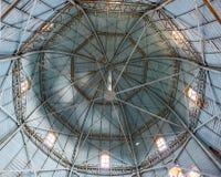 De interne structuur van koepel in oude toren Stock Foto