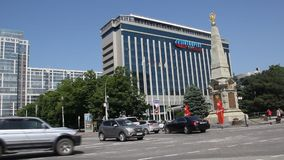 ` De Intourist do ` do hotel e o ` do monumento 200 anos do ` do exército do cossaco de Kuban em Krasnodar filme