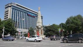 ` De Intourist do ` do hotel e o ` do monumento 200 anos do ` do exército do cossaco de Kuban em Krasnodar video estoque