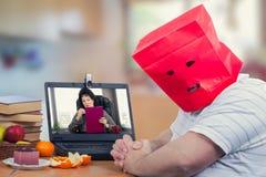 De introvert vette mens wordt bang gemaakt bij eerste keer online psychiatr Stock Foto