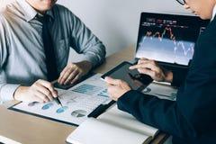 De investeerdersmens gebruikt digitale tabletten om informatie van bedrijf te vinden die effectenbeurs samen met collega's analys stock afbeeldingen