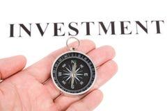 De investering en het Kompas van de krantekop Stock Fotografie