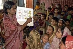 De inwoner van Bangladesh vrouwen worden opgeleid in voeding Royalty-vrije Stock Foto
