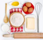 De inzameling van bakselingrediënten op wit royalty-vrije stock foto's