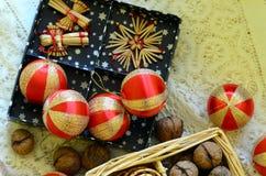 De inzameling van de Kerstmisdecoratie op wit feestelijk tafelkleed Royalty-vrije Stock Fotografie