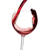 De inzameling van de wijn - de Rode wijn wordt gegoten in een glas royalty-vrije stock afbeeldingen