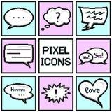 De inzameling van pixeltoespraak borrelt en dialoogballons op blauwe en roze achtergrond Royalty-vrije Stock Foto's