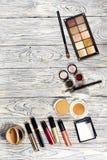 De inzameling van schoonheidsmiddelen voor grimeur Powder, pigment, schittert, borstels en eyeliner studiofoto op een houten acht Royalty-vrije Stock Foto's