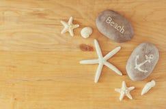 De inzameling van zeevaart en strand heeft bezwaar leidend tot een kader over houten achtergrond, Stock Afbeeldingen