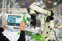 De Iotindustrie 4 0 die concept, industriële ingenieur software vergroot, virtuele werkelijkheid in tablet aan de controle van ma stock foto's