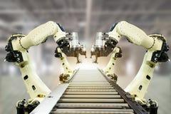 De Iotindustrie 4 0 technologieconcept Slimme fabriek die neigende automatiserings robotachtige wapens met deel op transportband  stock foto