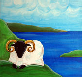 De irländska fåren och havet Arkivfoton