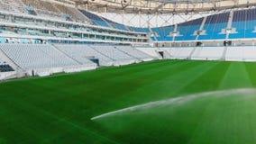 De irrigatiesysteem van het voetbalgebied van automatisch het water geven gras stock footage