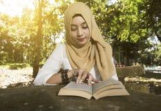De islamvrouw las een boek Stock Foto