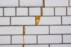 De isolatie van het nevelschuim Isoleer muurbarsten met schuim waterdicht makend kanon royalty-vrije stock foto