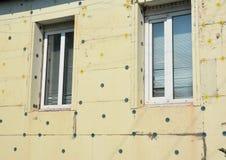 De isolatiestoraxschuim van de huismuur Vermijd Polystyreenisolatie en de Bouw Groen Huis stock afbeelding