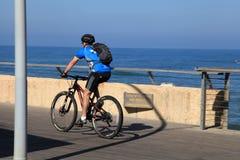 De Israëlische fiets van de mensenrit op overzeese promenade in Tel Aviv, Israël stock fotografie