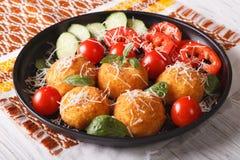 De Italiaanse ballen van de arancinirijst met kaasclose-up horizontaal Royalty-vrije Stock Foto's