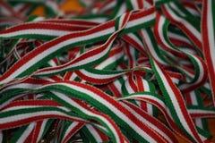 De Italiaanse band van het vlaggebruik om de medailles van atleten te beveiligen Stock Foto