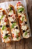 De Italiaanse braadpan van de sandwichespizza: besnoeiingsbaguette met elegant wordt gebakken die stock foto
