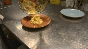 De Italiaanse chef-kok bereidt Italiaanse deegwaren met saus voor stock videobeelden