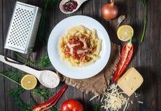 De Italiaanse deegwaren van de vleessaus en verse heerlijke ingrediënten voor het koken op rustieke achtergrond Stock Afbeeldingen