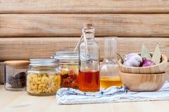 De Italiaanse droge deegwaren van het voedselconcept met groenten, olijfolie en Royalty-vrije Stock Foto