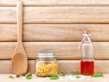 De Italiaanse droge deegwaren van het voedselconcept met groenten, olijfolie en Royalty-vrije Stock Fotografie