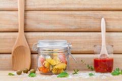 De Italiaanse droge deegwaren van het voedselconcept met groenten, olijfolie en Stock Foto
