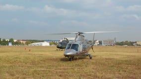 De Italiaanse Grote helikopter van Agusta A109S verwarmt de motor stock videobeelden