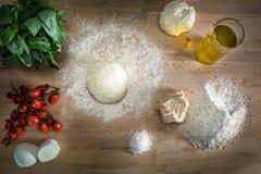 De Italiaanse handen van de pizzadeegbereiding royalty-vrije stock afbeeldingen