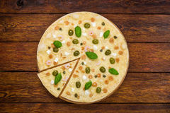 De Italiaanse hoogste mening van de zeevruchtenpizza bij houten achtergrond Stock Foto's