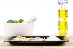 De Italiaanse ingrediënten van de pestosaus Stock Foto's