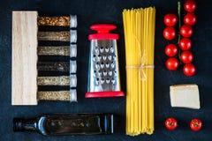 De Italiaanse ingrediënten van voedsel kokende deegwaren Stock Foto