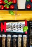 De Italiaanse ingrediënten van voedsel kokende deegwaren Royalty-vrije Stock Foto's