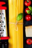 De Italiaanse ingrediënten van voedsel kokende deegwaren Stock Foto's