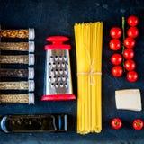 De Italiaanse ingrediënten van voedsel kokende deegwaren Royalty-vrije Stock Foto