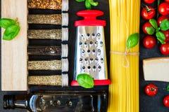 De Italiaanse ingrediënten van voedsel kokende deegwaren Royalty-vrije Stock Afbeelding