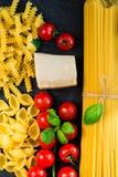 De Italiaanse ingrediënten van voedsel kokende deegwaren Royalty-vrije Stock Afbeeldingen