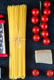 De Italiaanse ingrediënten van voedsel kokende deegwaren Stock Afbeelding