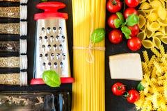 De Italiaanse ingrediënten van voedsel kokende deegwaren Royalty-vrije Stock Fotografie