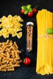 De Italiaanse ingrediënten van voedsel kokende deegwaren Stock Afbeeldingen