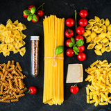 De Italiaanse ingrediënten van voedsel kokende deegwaren Stock Fotografie