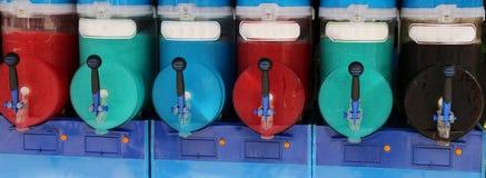 De Italiaanse machine van het scheerbeurtijs met vele gekleurde aroma's en bevroren bij Royalty-vrije Stock Foto