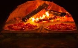 De Italiaanse pizza is gekookt in houten-in brand gestoken oven royalty-vrije stock foto's