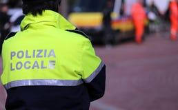 De Italiaanse politieagent van lokale politie controleert de stad Stock Afbeelding