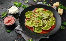 De Italiaanse raviolideegwaren vulden met basilicumpesto, romige ricotta en knapperige pijnboomnoten Gezond vegetarisch voedsel royalty-vrije stock afbeeldingen