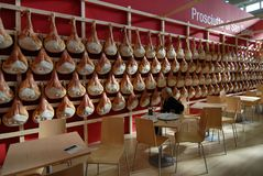 De Italiaanse ruwe hammen van de voedselspecialiteit San Daniele hingen in een voedsel eerlijke tribune stock foto