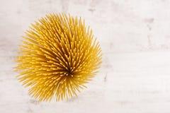 De Italiaanse ruwe lange en dunne deegwaren maded van bloem en eieren op witte achtergrond Royalty-vrije Stock Fotografie